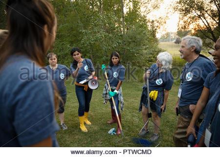 Femme préparant les volontaires dans park Photo Stock