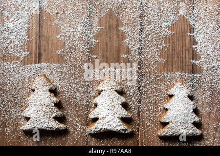 Trois en forme d'arbre de Noël gingerbread cookies. Photo Stock