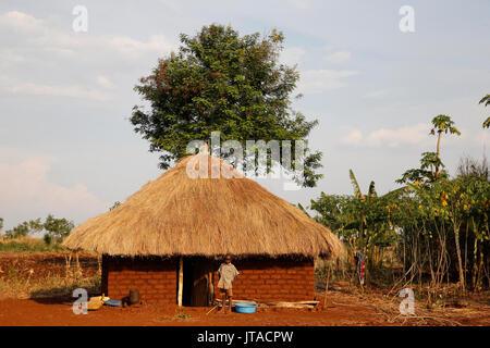 Enfant ougandais à l'extérieur de son domicile, l'Afrique, l'Ouganda, Bweyale Photo Stock