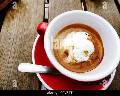Café Expresso chaud avec icecream situé sur une table d'extérieur rustique Photo Stock