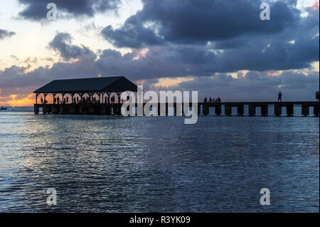 La baie de Hanalei Hanalei, Kauai, Hawaii, quai, bateaux, nuages, coucher de soleil Photo Stock