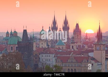 République tchèque, Prague - clochers de la vieille ville au lever du soleil Photo Stock