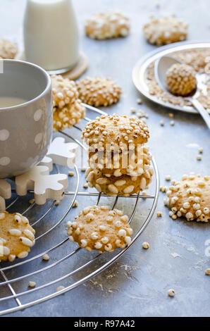 Les cookies avec les céréales soufflées Photo Stock