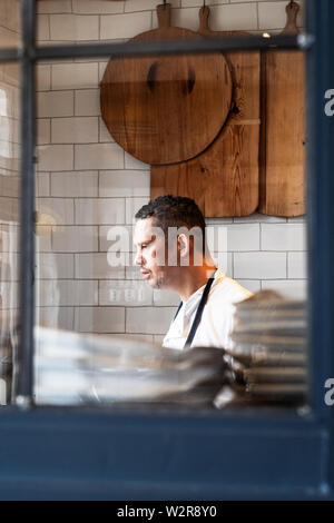 Portrait of male chef standing dans une cuisine. Photo Stock
