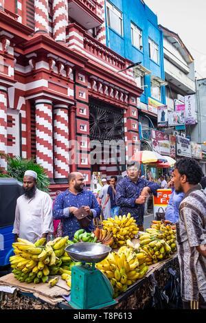Sri Lanka, Colombo, quartier de Pettah, populaire et commercial, à la rue du marché au pied de la mosquée Jami Ul-Alfar ou Mosquée rouge Photo Stock