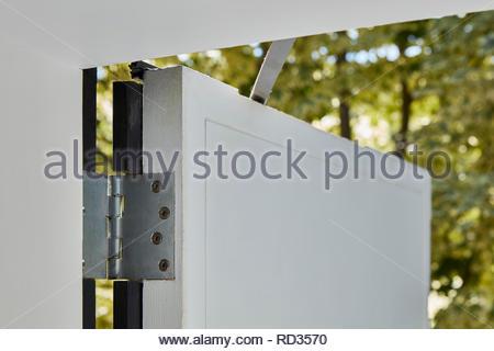 Détail des charnières de fenêtre à la maison en contrebas. Maison engloutie - Windows, Londres, Royaume-Uni. Architecte: Adjaye Associates , 2019. Photo Stock