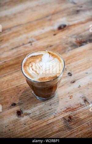 High angle portrait de verre de cafe latte sur une table en bois. Photo Stock