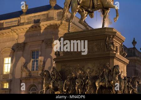 L'ombre de la statue de Frédéric le Grand sur l'Unter den Linden à nuit, Mitte, Berlin, Allemagne Photo Stock