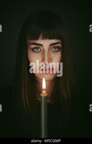 Sorcière moderne. La lumière des bougies portrait Photo Stock