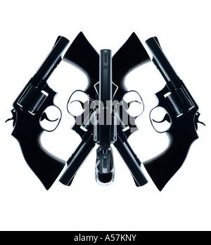 Cinq pistolets pistolets placés de manière créative pour créer un visage ou de forme intéressante Photo Stock