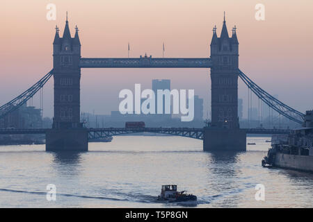 L'Angleterre, Londres, Tower Bridge à l'aube Photo Stock