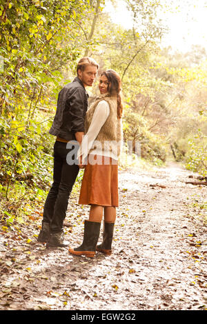 La femme et l'homme sur le chemin dans les bois. Photo Stock