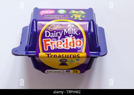 Cadbury Dairy Milk Freddo nouveau trésors - découvrez un jouet surprise isolé sur fond blanc Photo Stock