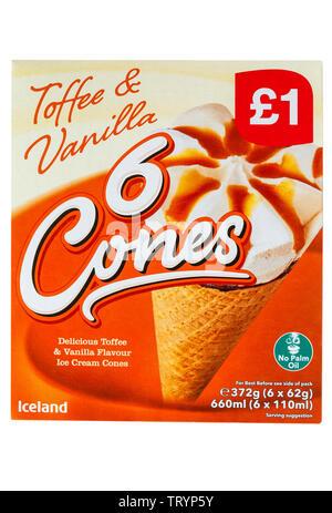 Fort de caramel et vanille 6 délicieux cornets vanille & caramel ice cream cones isolé sur fond blanc Photo Stock