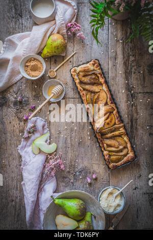 Gâteau aux amandes et poires rustique dans un cadre rustique Photo Stock