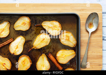 Poires rôties à l'érable et la cannelle. Photo Stock