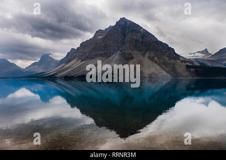Vue tranquille de montagnes et placid Bow Lake, Alberta, Canada Photo Stock
