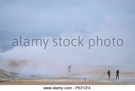 Les touristes à l'Hverarond boue. Photo Stock
