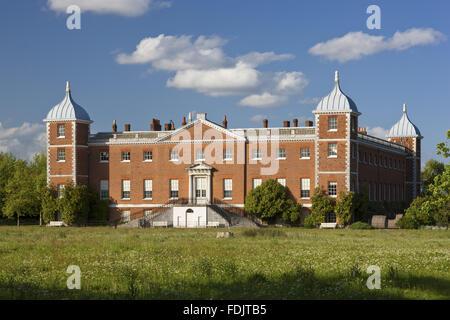 L'ouest ou le jardin avant de la maison avec des escaliers à Osterley, Middlesex. La maison était Photo Stock