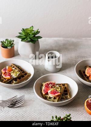 Une nouvelle image par nouveau photographe Maria Squires @artoflightstudio à la photo garde-manger. Gaufres aux épinards ricotta, l'orange sanguine et de pistaches. Photo Stock