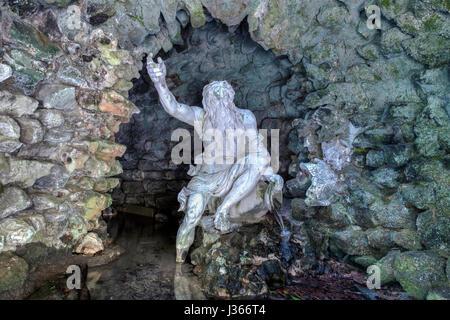 Une statue de Neptune dans une grotte Photo Stock