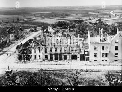 9 1914 826 A1 2 E à l'est vue avant de maisons en ruine la Première Guerre mondiale, Front de l'Est Photo Stock