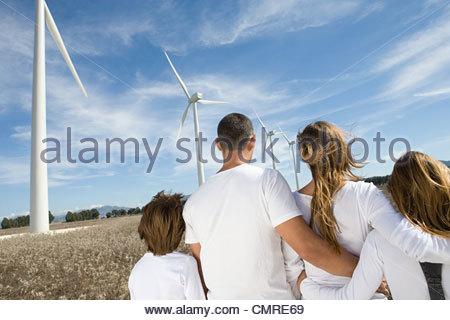 Famille à wind farm Photo Stock