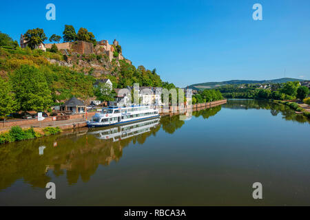 Voir à Saarburg avec Saarburg castle et Sarre, Rhénanie-Palatinat, Allemagne Photo Stock