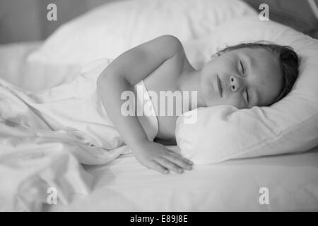 La sieste au lit fille Photo Stock