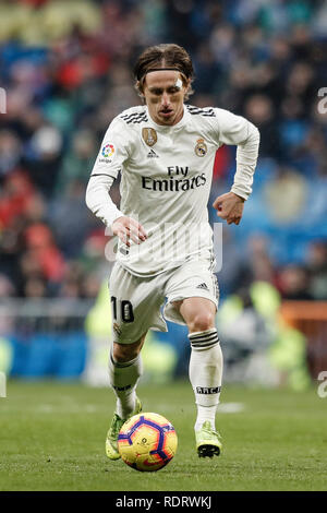 Santiago Bernabeu, Madrid, Espagne. 19 Jan, 2019. La Liga football, Real Madrid et Séville, Luka Modric (Real Madrid) entraîne l'avant : Action Crédit Plus Sport/Alamy Live News Photo Stock