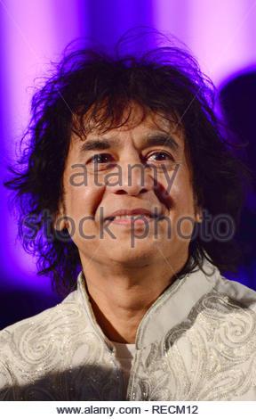 Joueur de Tabla Ustad Zakir Hussain pendant le premier concert lancement de Reewa Rathod, fille du célèbre duo chanteuse Sunali et Roopkumar Rathod dans Mumbai, Inde, 05 janvier 2013. (Krishanu Nagar) Photo Stock