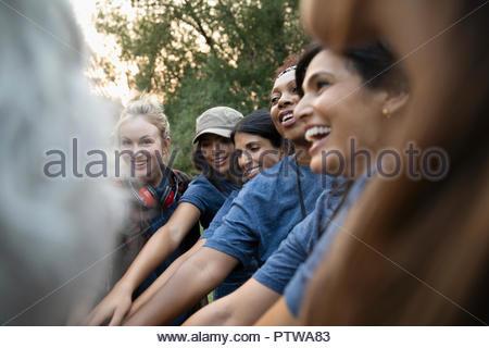 Professionnels volontaires de sexe féminin à joindre les mains se serrent Photo Stock