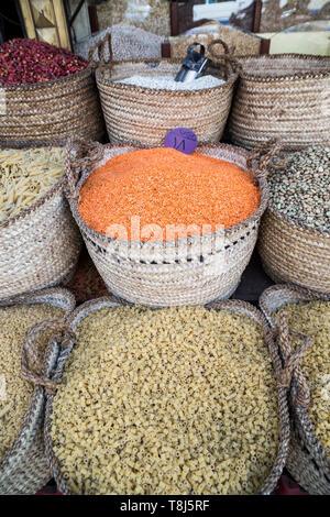Les pâtes sèches, les légumineuses et les herbes à vendre près de le Nil, Louxor, Egypte Photo Stock