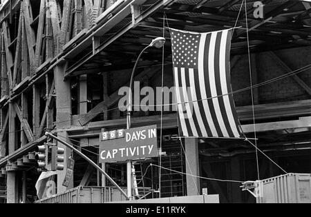"""Nov 08, 1979 - New York, New York, USA - Signe dit """"365 jours en captivité"""" américains au cours d'une manifestation contre la crise des otages en Iran 444 jours. Les preneurs d'otages, déclarant leur solidarité avec d'autres minorités opprimées'' et ''la place particulière des femmes dans l'Islam,'' Publié 13 femmes et noirs dans le milieu de novembre 1979, ne laissant qu'une noire et deux femmes otages. Plus d'un otage, Richard Reine, a été publié en juillet 1980 après qu'il ait été diagnostiqué avec la sclérose en plaques. Les 52 autres otages ont été retenues en captivité jusqu'en janvier 1981 Photo Stock"""