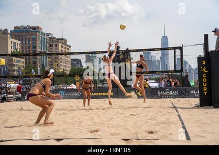 Kelly Claes/Sponcil Sarah en compétition contre Emily Jour/Betsi Flint avec One World Trade Center dans le contexte au cours de la ville de New York 2019 est ouvert Photo Stock