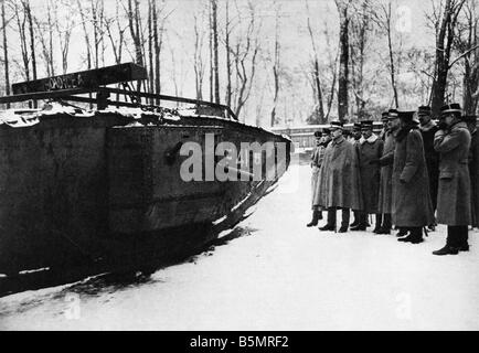 9 1917 1120 A2 28 E WW1 tank anglais capturés Inspection World War 1 1914 18 France bataille de Cambrai 20e Photo Stock
