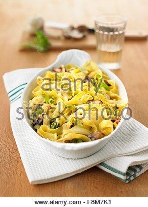 Les pâtes Cuire le chou chinois Photo Stock
