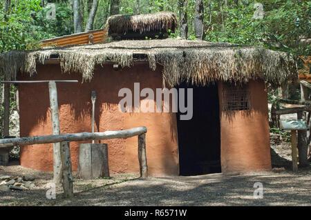 Cherokee traditionnels faits maison et à et enduits plâtre sur un poteau, châssis, Village d'Oconaluftee Qualla Réservation, Caroline du Nord. Photographe numérique Photo Stock
