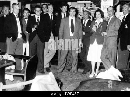 Photo de groupe, Freddie Trueman (centre), Ray Illingworth (à gauche) et d'autres membres de l'équipe de Yorkshire County Cricket, debout devant un bar. Date: 1950 Photo Stock