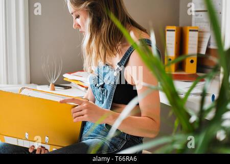 Young female college student avec liant l'étude Photo Stock