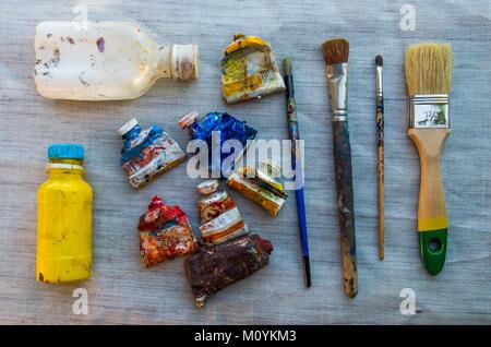 Fournitures de peinture sur table Photo Stock
