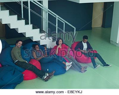 Les gens d'affaires dans des sièges-sacs Photo Stock