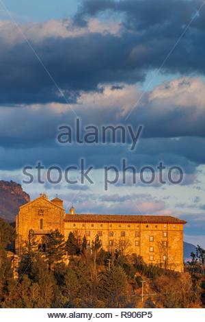 L'Espagne, Navarre, Yesa, Leyre, vue sur l'abbaye au coucher du soleil sur un ciel nuageux Photo Stock