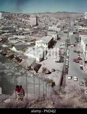 1950 FRONTIÈRE INTERNATIONALE États-unis ET MEXIQUE GRILLAGE DIVISE NOGALES NOGALES - AZ & kr2966 HEROICA HAR001 HARS PÈRES RISQUE AMÉRIQUE DU NORD MEXIQUE AVENTURE ANGLE ÉLEVÉ ET LE CHOIX POLITIQUE DE L'IMMIGRATION PAPAS CONCEPTUEL CLÔTURES JUVÉNILES LINK UNITÉ FRONTIÈRE AZ HAR001 à l'ANCIENNE INTERNATIONALE Photo Stock