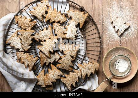 Arbre de Noël Gingerbread cookies saupoudrés de sucre glace. Photo Stock