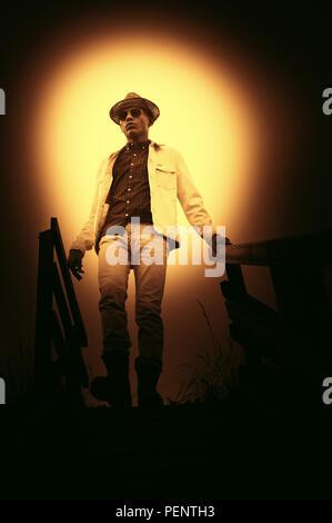 Young man wearing hat balade dans la nature Photo Stock