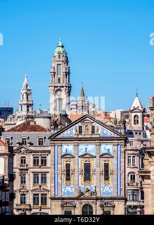 Vue vers l'église de Santo Antonio dos Congregados et Hôtel de Ville Tour, Porto, Portugal Photo Stock