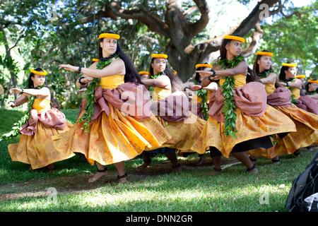 La Halau O Puuanahulu Mamo Na dance troupe fonctionne à l'Honolulu Festival de Hula, été 2013, Honolulu, Hawaii. Photo Stock