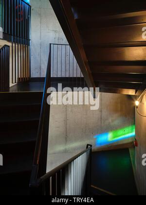 La lumière de la fenêtre couleur projetée et d'escalier. Pálás Cinéma, Galway, Irlande. Architecte: dePaor, 2017. Photo Stock