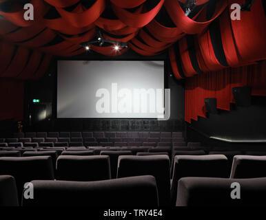 Salle de projection drapé de velours rouge. Pálás Cinéma, Galway, Irlande. Architecte: dePaor, 2017. Photo Stock